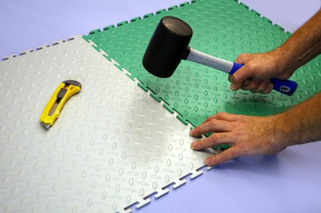 Немаловажным качеством ПВХ-плитки является легкость в монтаже