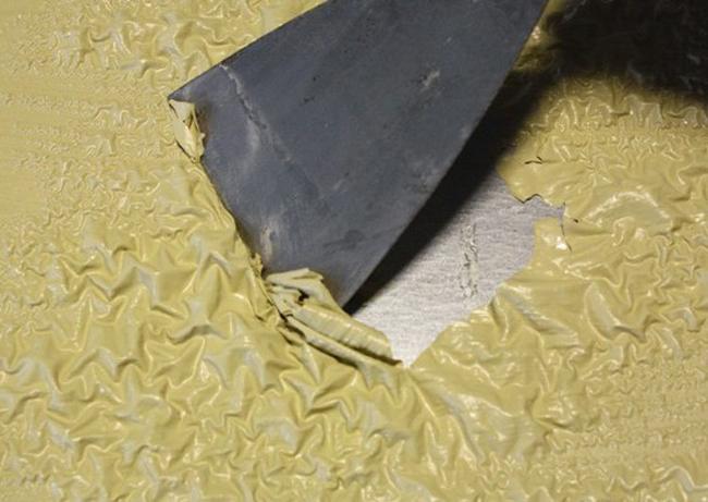 Очень важно тщательно очистить поверхность пола от старых лакокрасочных материалов