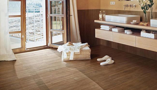 По износостойкости плиточное напольное покрытие в разы превосходит деревянный пол
