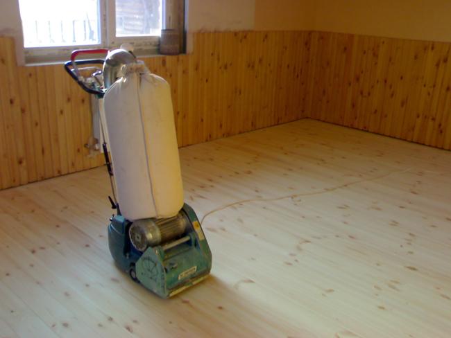 После того как пол хорошо вымыт, проводится шлифование его поверхности шлифовальной машиной