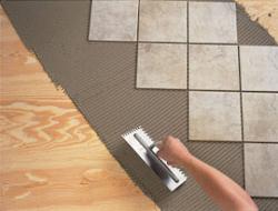 Одним из способов замены покрытия является укладка плитки на деревянный пол