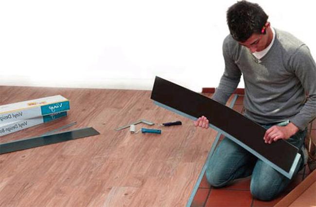Очень важно, что укладка плитки производится на сухую поверхность, поэтому перед началом работ надо измерить влажность стяжки