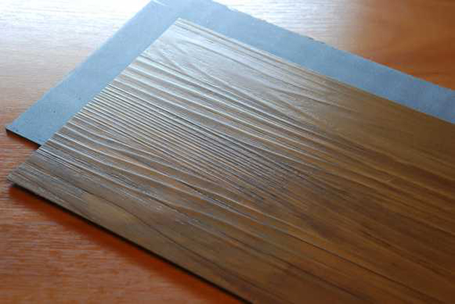 По своей структуре ПВХ-плитка схожа с линолеумом, но в отличие от него ее удобно транспортировать, так как готовая продукция уже разрезана на кусочки