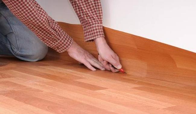 Если прижать края в зоне плинтуса, подогнать материал будет можно прямо на месте укладки