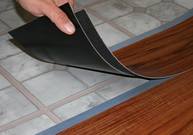 Напольная плитка из пвх имеет незначительную толщину и любые неровности пола могут спровоцировать перекосы уложенных винилполов