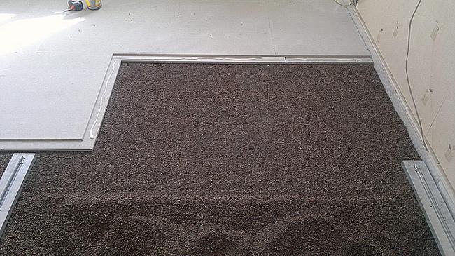 Между стеной и сухой стяжкой делаются щели, уплотненные монтажной пеной