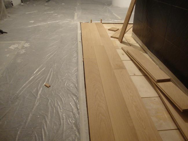 Значительным преимуществом доски считается возможность ее укладки поверх практически любой поверхности, главное, чтобы она была ровной