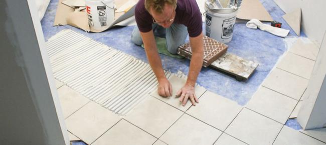Каждая плитка с нанесённым клеем аккуратно прикладывается к поверхности и на несколько секунд достаточно крепко прижимается