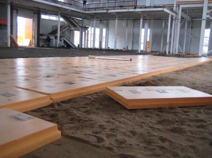 Выравнивание выполняется посредством цементно-песчаной засыпки или полусухой стяжки