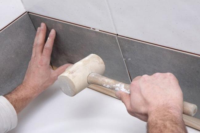 Прежде чем положить плитку на плитку, следует проверить на качество старую кладку. Любые недочёты в старом плиточном покрытии определяются простукиванием с визуальным определением целостности