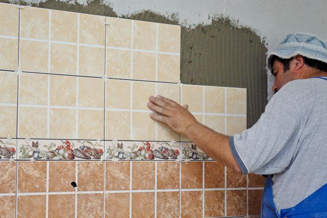 Поверхность, на которую будет приклеиваться плитка, должна быть чистая, ровная и сухая