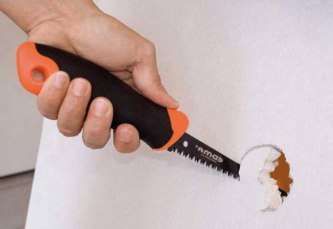 Для резки листов материала под необходимый размер рекомендуется использовать электрический лобзик или ножовку