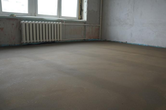 Так выглядит правильно сделанная бетонная стяжка пола. Помните о том, что высота стяжки должна быть не менее 30 мм, в противном случае возможно растрескивание