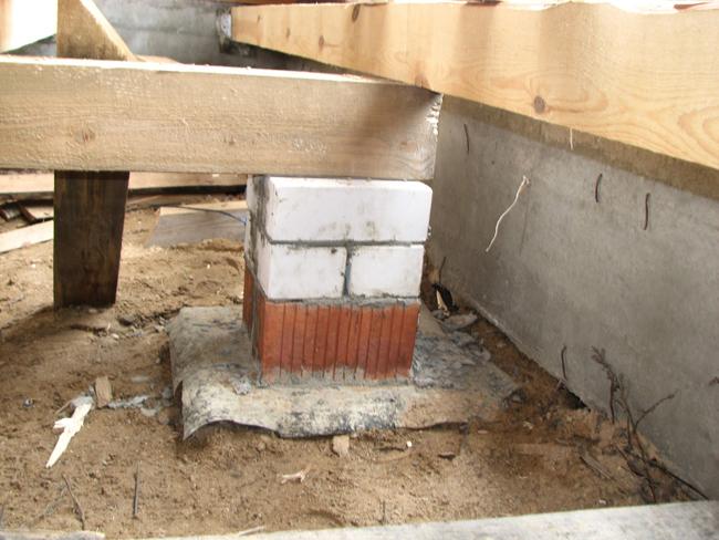 Когда бетон высохнет, вы можете произвести гидроизоляцию – нарежьте по размеру столбика материал на отдельные фрагменты и уложите отрезки на бетон
