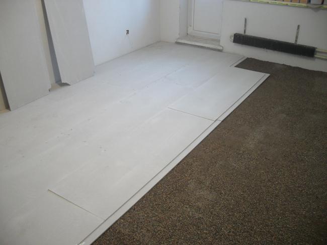 Если пол деревянный или сделана сухая стяжка, и кафель необходимо положить поверх, то лучший выход – прикрепить на черновое покрытие ГВЛВ