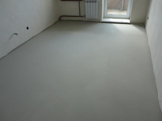 Перед укладкой линолеума на бетон нужно отремонтировать черновую бетонную основу