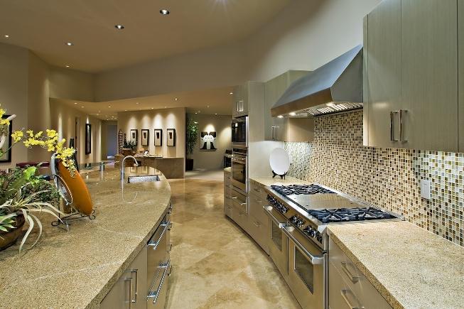 Столешница из мрамора на кухне является отличным решением, так как выглядит привлекательно, в особенности в сочетании с мраморным полом