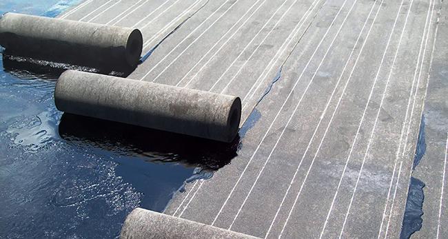Оклеечная гидроизоляция выполняется рулонными материалами на основе стеклоткани (стеклохолста) с нанесенными слоями из битума, модифицированного полимерными добавками