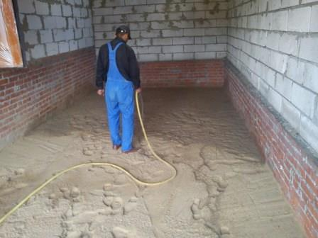 Песок проливают водой – так он равномерно распределится и усядется