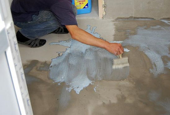 Последний этап в подготовке комнаты к укладке керамогранита – грунтовка