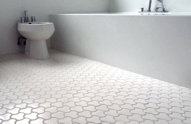 Керамическая плитка является водостойким и водоотталкивающим напольным покрытием