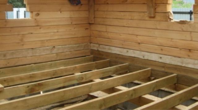 Лаги могут опираться на опорные столбики, плиты перекрытия, деревянные балки или на предварительно подготовленный утрамбованный грунт