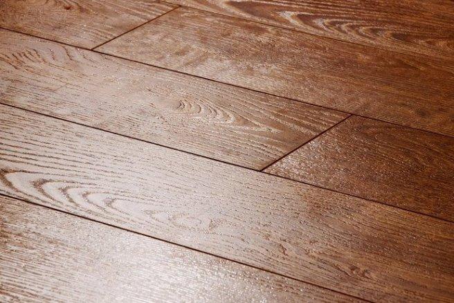 Фаски позволяют подчеркнуть стыкование и визуально приблизить ламинат к дорогостоящей натуральной древесине