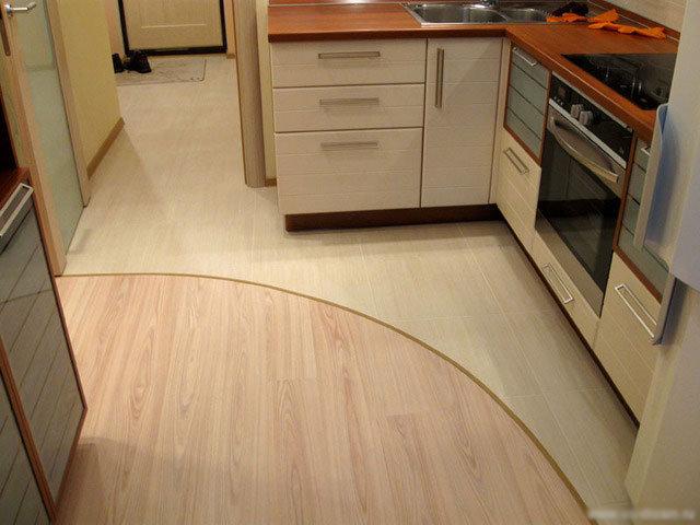 По мнению дизайнеров самыми удачными оттенками кухонного пола являются теплые тона –  бежевый и рыжевато-коричневый