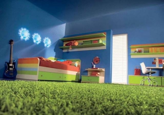 Детская мало чем отличается от спальни, различие лишь в том, что дети постоянно что-то роняют или проливают на пол, поэтому напольное покрытие помимо эстетичного вида должно быть неприхотливым в уходе, устойчивым к загрязнению, а главное – теплым и приятным для ног