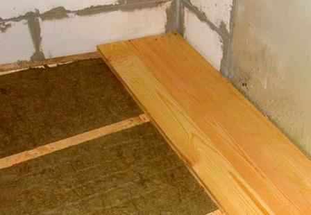 Если полы укладываются в помещении с повышенной влажностью, то нужно выбрать доски из влагоустойчивой древесины: лиственницы, ясеня или дуба