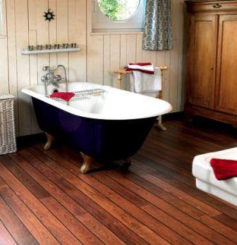 Укладка пола из дерева в ванной комнате является задачей, с которой с легкостью справится даже новичок