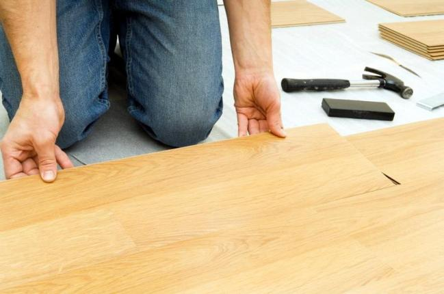 Монтаж подложки под ламинированное покрытие является важнейшей операцией при осуществлении укладки ламината