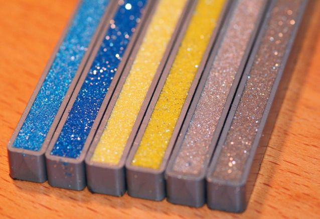 Преимущество смеси на основе эпоксидной смолы заключается в возможности выбрать наиболее подходящий цвет и оттенок состава для швов