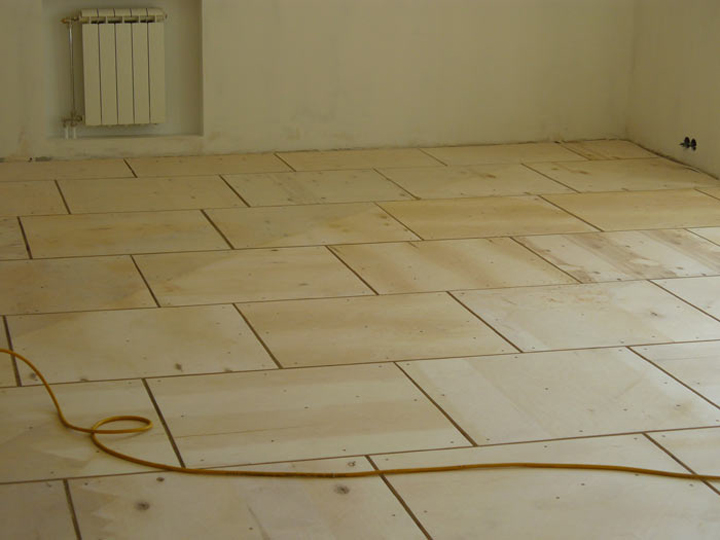 Перед укладкой шпунтованных досок, на бетон укладывают листы фанеры. К бетону листы крепят дюбелями или гвоздями