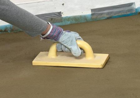 Втирание цемента в свежеуложенный пол – самый простой способ железнения бетона