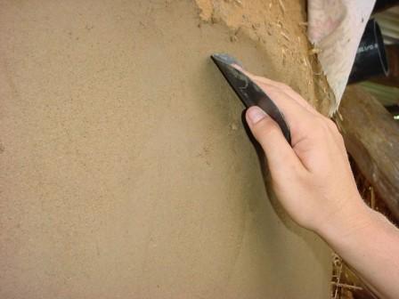 Обработать небольшие площади можно самостоятельно с помощью ручного штукатурного инструмента