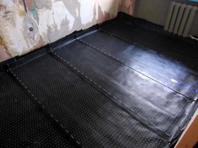 При установке теплого пола под ламинат необходимо положить гидроизоляцию