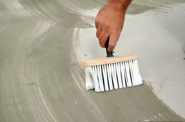 Качественно очищенную и высушенную поверхность требуется загрунтовать, что способствует приданию шероховатости и облегчает сцепление всех слоёв