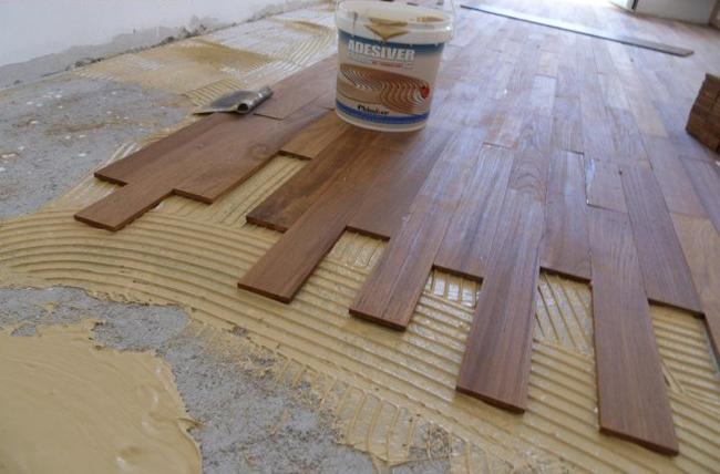 При укладке массивной доски на бетонное основание, бетон пропитывают грунтовкой