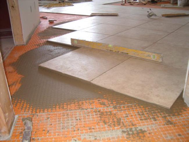 В больших помещениях, не загроможденных мебелью, оборудованием и другими вещами, укладывать плитку лучше от центра