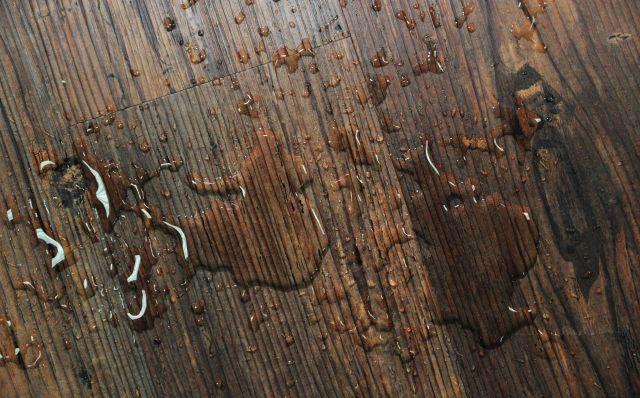 Абсолютные показатели влагостойкости и водоустойчивости гибкого ламината позволяют использовать его при отделке ванной комнаты, бассейна или банного комплекса