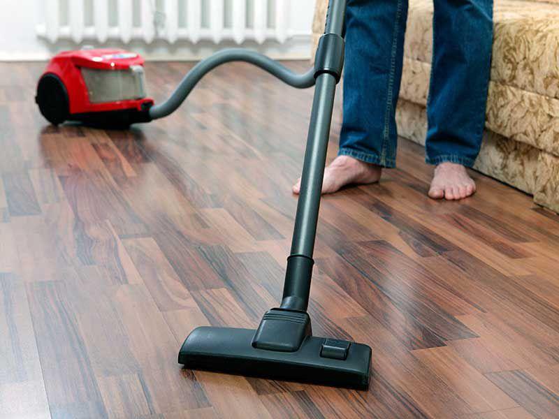 Уборку ламинированного покрытия следует проводить ежедневно при помощи обычного пылесоса с мягким типом щётки