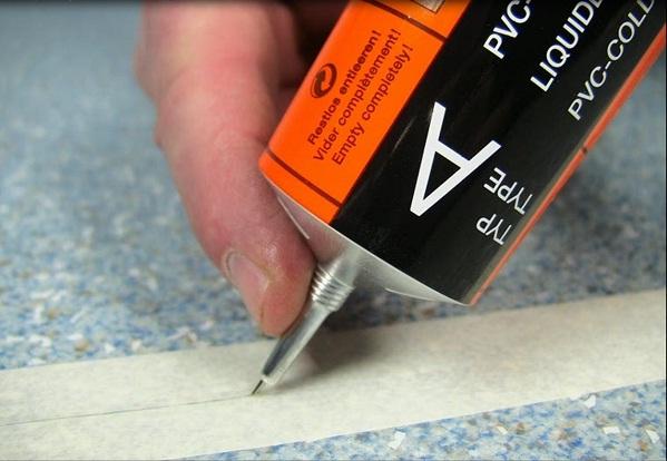 Клей для стыков линолеума качественно закрепляет напольное покрытие на основание, делает его более прочным