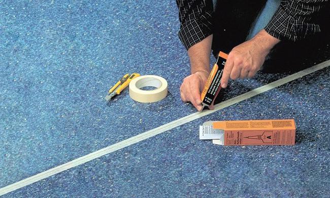 На место будущего шва нужно наклеить бумажный скотч, чтобы клей не растекся в дальнейшем по поверхности