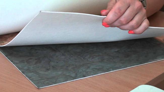 Полукоммерческий линолеум отличается низкой стоимостью, простотой укладки и лёгкостью в уходе