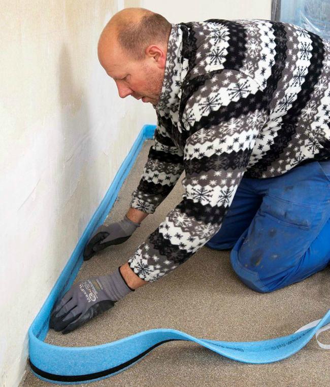 Демпферная лента приклеивается непрерывно на стену впритык к бетонному основанию по всему периметру помещения