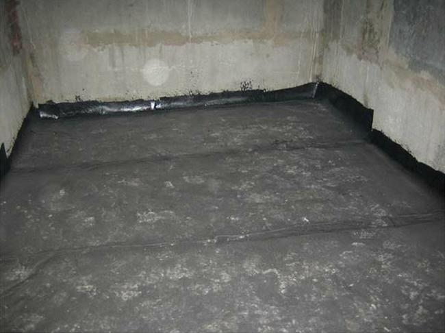 По одним рекомендациям следует гидроизолировать ж/б плиту перекрытия до стяжки, поскольку напольную плитку лучше укладывать на выровненную бетонную стяжку с отличной адгезией (сцепляемостью) с плиткой