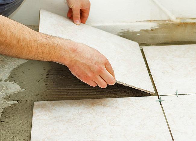 Одним из основных недостатков материала является сложная укладка мраморной плитки