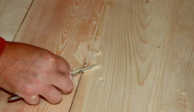 Если вас тревожат образовывавшиеся в полу щели, то их можно легко устранить