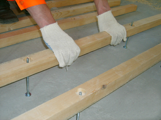 Выбирая шаг между лагами, следует учитывать размеры листов (плит) настила
